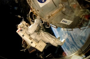 Un astronauta col·loca la plataforma EXPOSE-E en l'Estació Espacial Internacional. / ESA