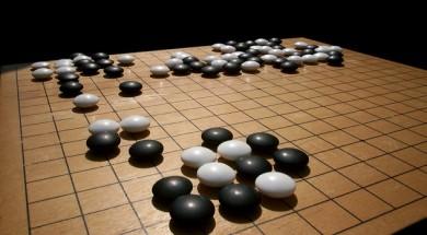 En el joc de Go dos jugadors col·loquen peces en blanc i negre sobre una quadrícula amb l'objectiu d'ocupar més territori que el seu oponent. / Imatge: Wikipedia