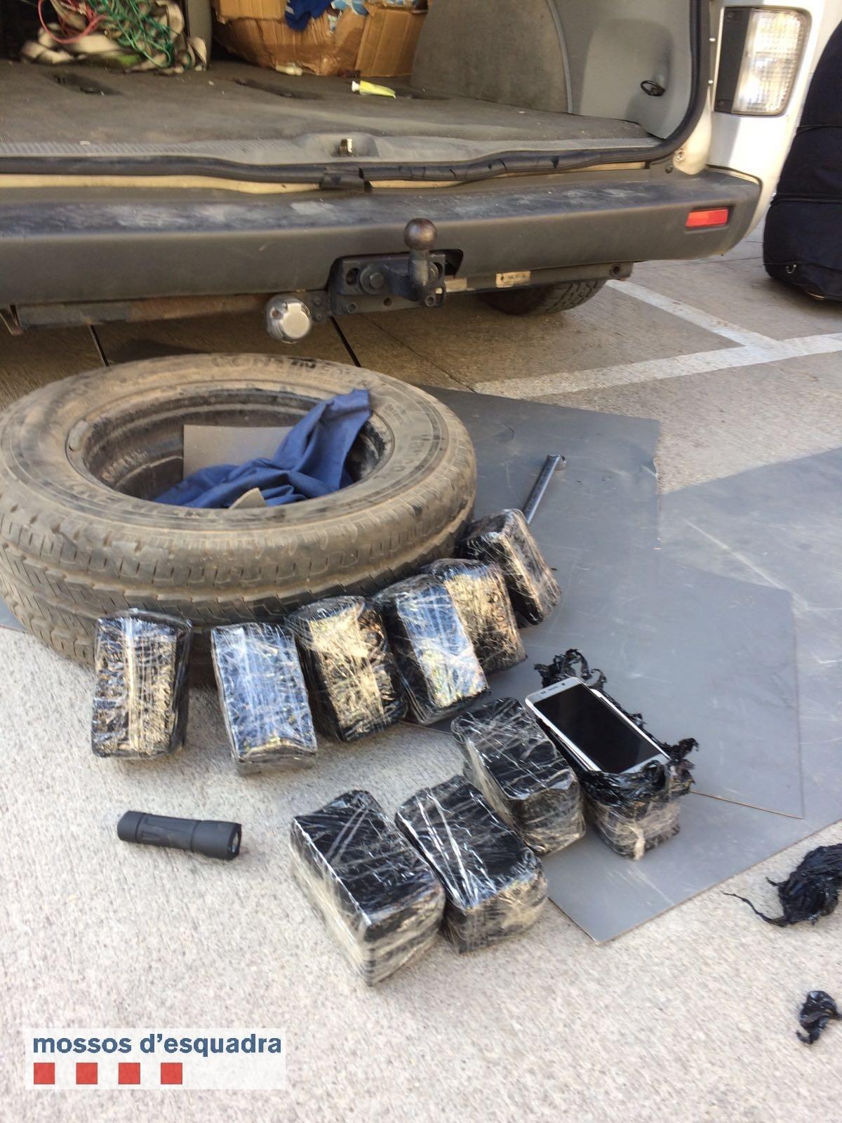 Els Mossos localitzen cent telèfons mòbils amagats a la roda de recanvi d'una furgoneta i detenen el conductor