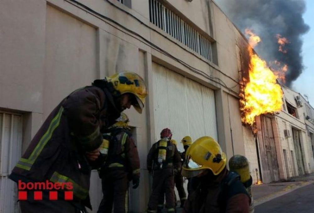 4 persones intoxicades per fum en un incendi a Cornellà