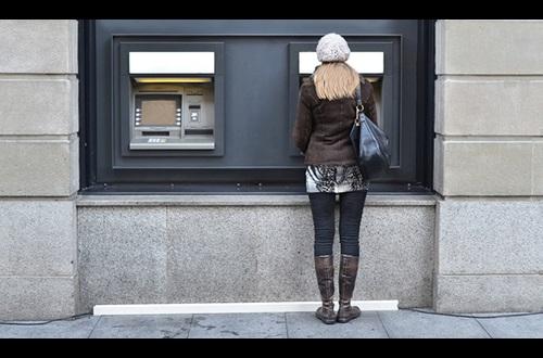 OCU denuncia a la banca per les comissions en retirar efectiu a Espanya i a l'estranger
