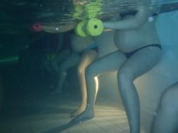 Dones embarassades realitzant el programa d'exercici en piscina. / Rubén Barakat