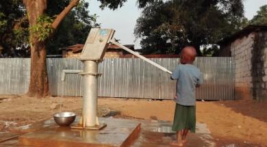 Un nen al lloc de desplaçats ubicat a la Gran Mesquita de PK5 , en el qual viuen més de 4.000 persones. Oxfam els proveeix d' aigua i sanejament. (c) María José Agejas / Oxfam Intermón