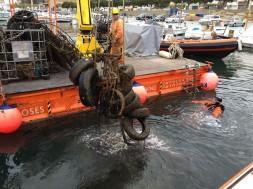 La Generalitat retira set tones de deixalles del fons del port pesquer de Roses
