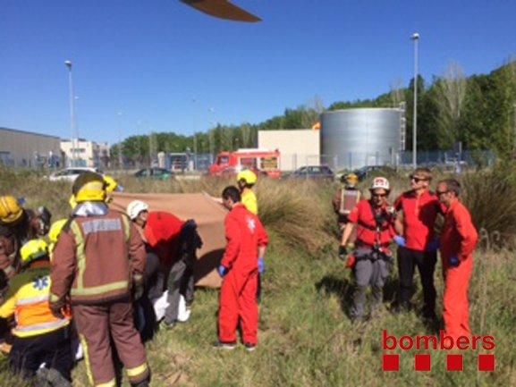 Els Bombers de la Generalitat treballen en una explosió a una empresa de Vilafranca del Penedès