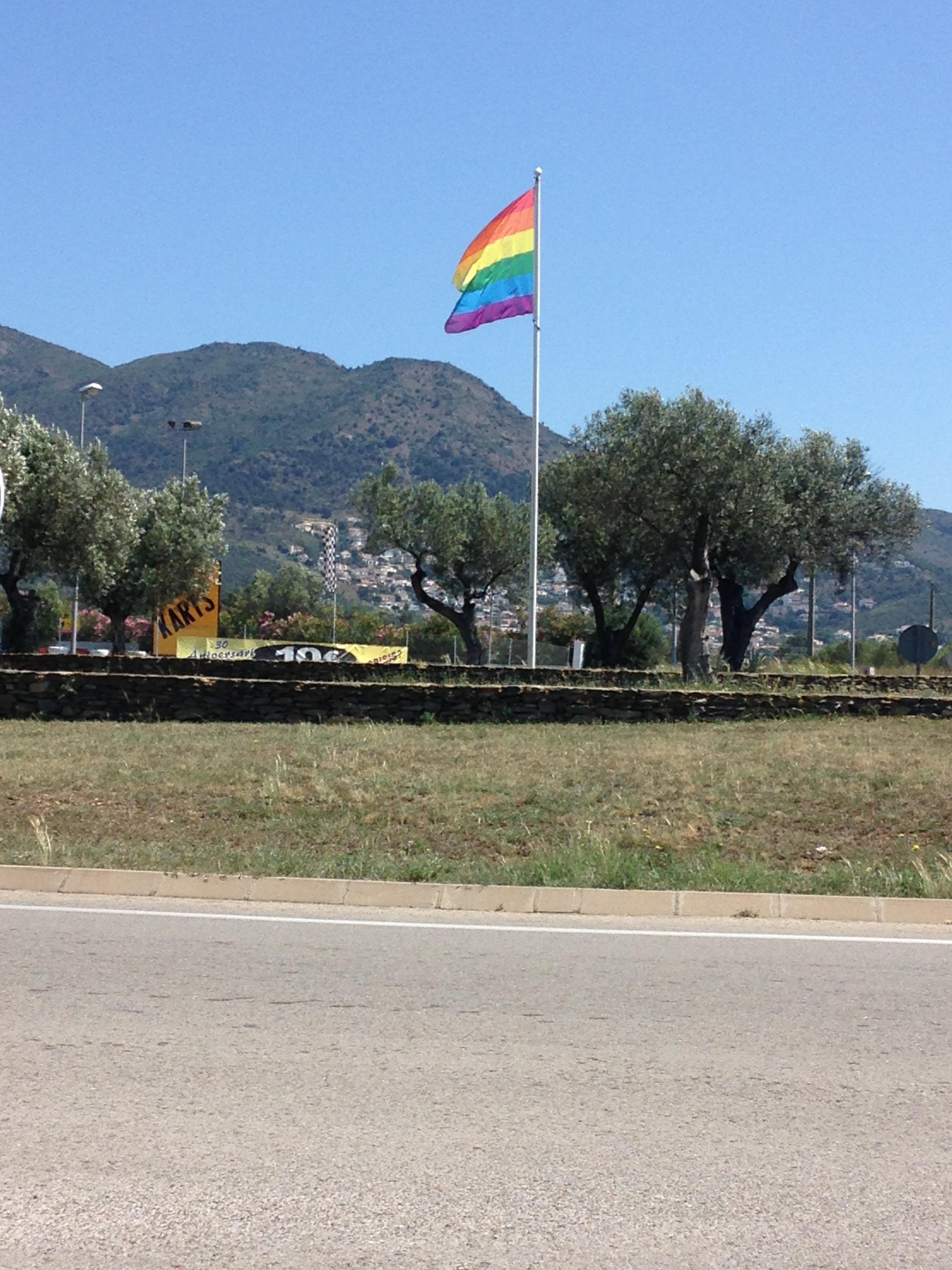 La bandera de l'arc de Sant Martí torna a onejar a Roses