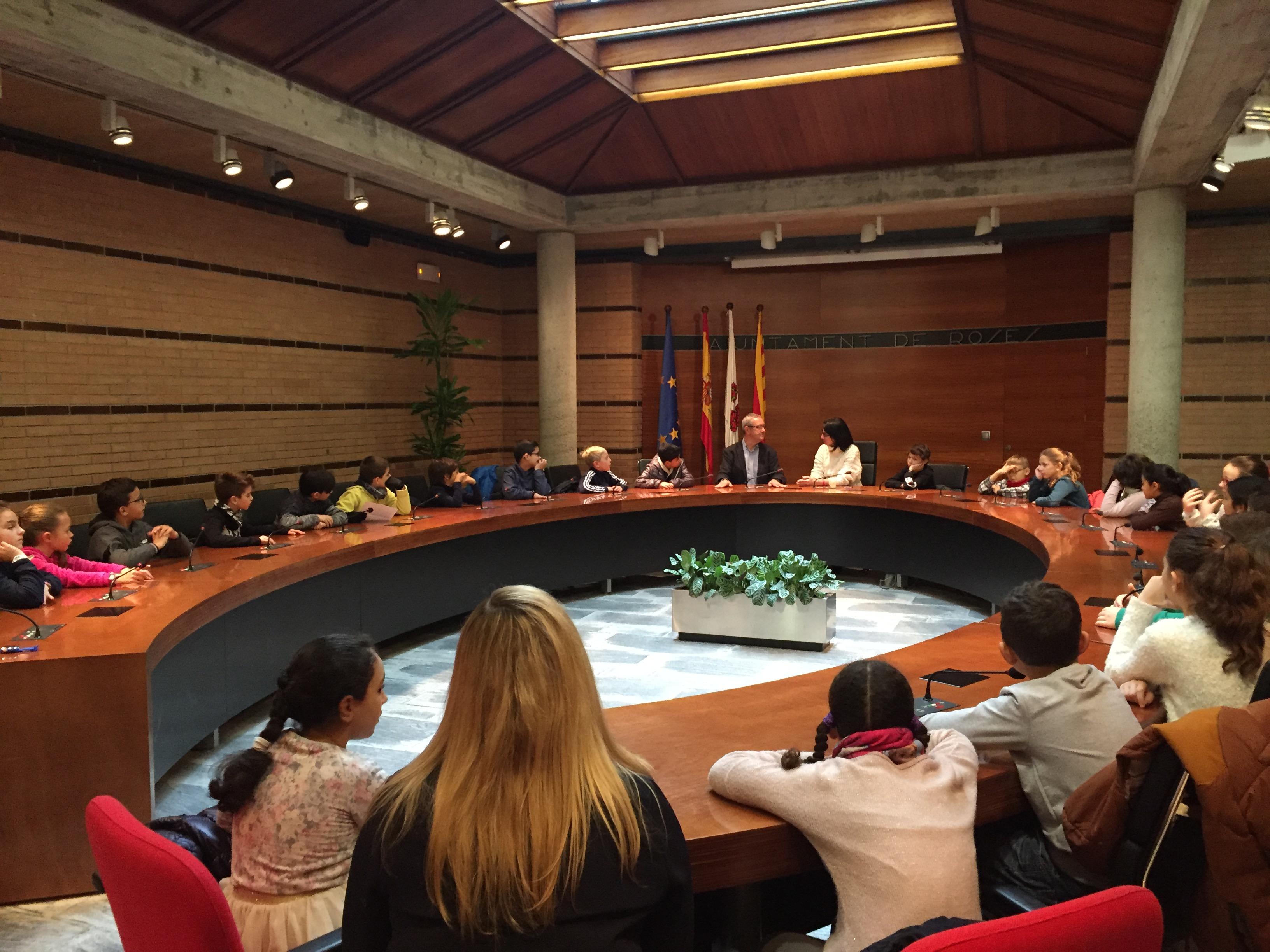 Els escolars de Roses coneixen l'Ajuntament i formulen les seves preguntes a l'equip de govern