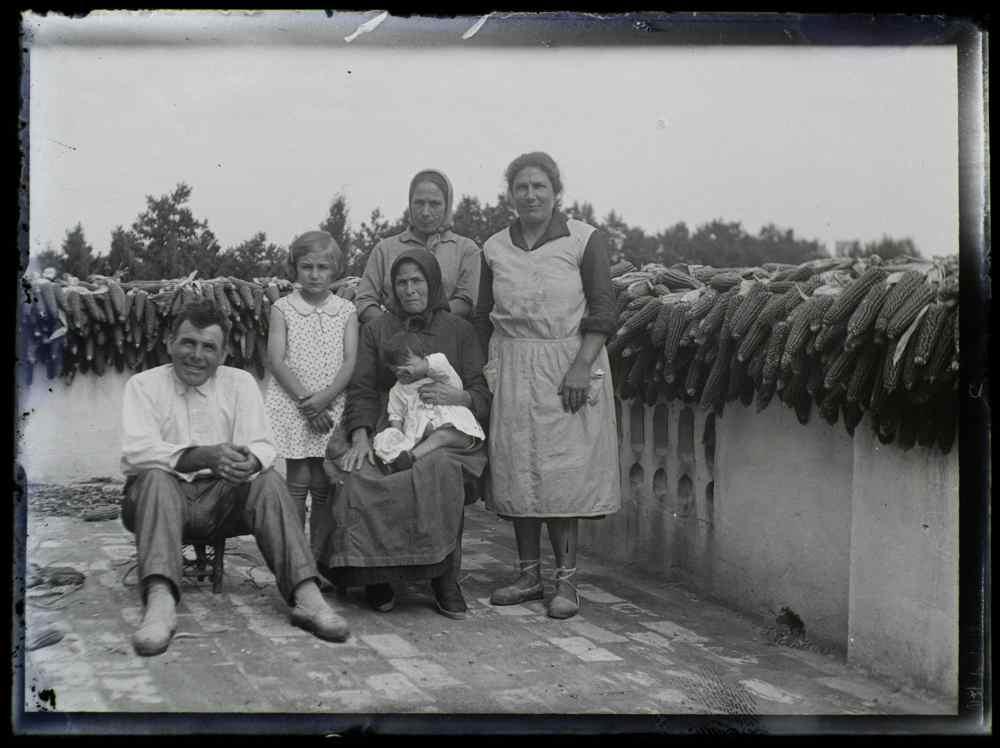 L'Arxiu Comarcal digitalitza 118 plaques de vidre amb imatges del Port de la Selva datades al primer terç del segle XX