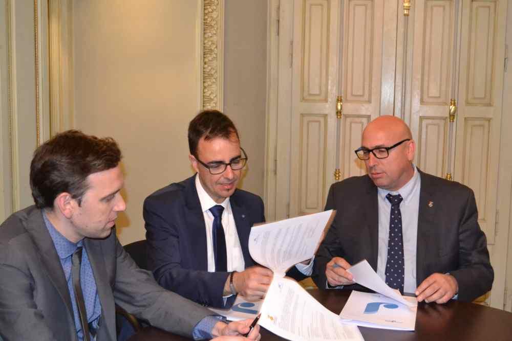 El Consell Comarcal signa un conveni amb la Fundació Bancària 'La Caixa' per promocionar l'ocupació juvenil