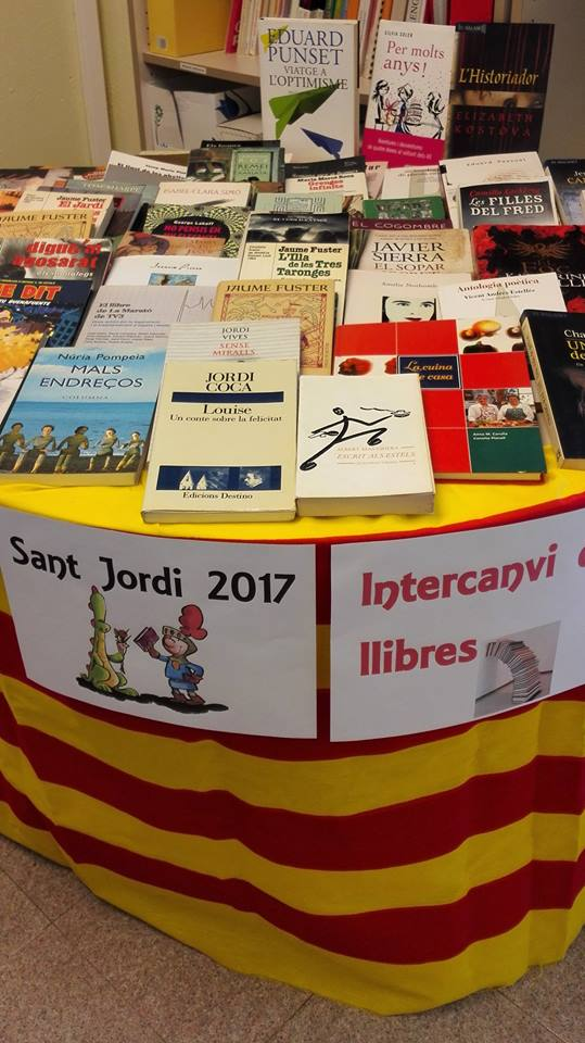 L'Oficina de Català de Roses celebra Sant Jordi amb intercanvi de llibres, jocs de llengua i commemoració de l'Any Bertrana