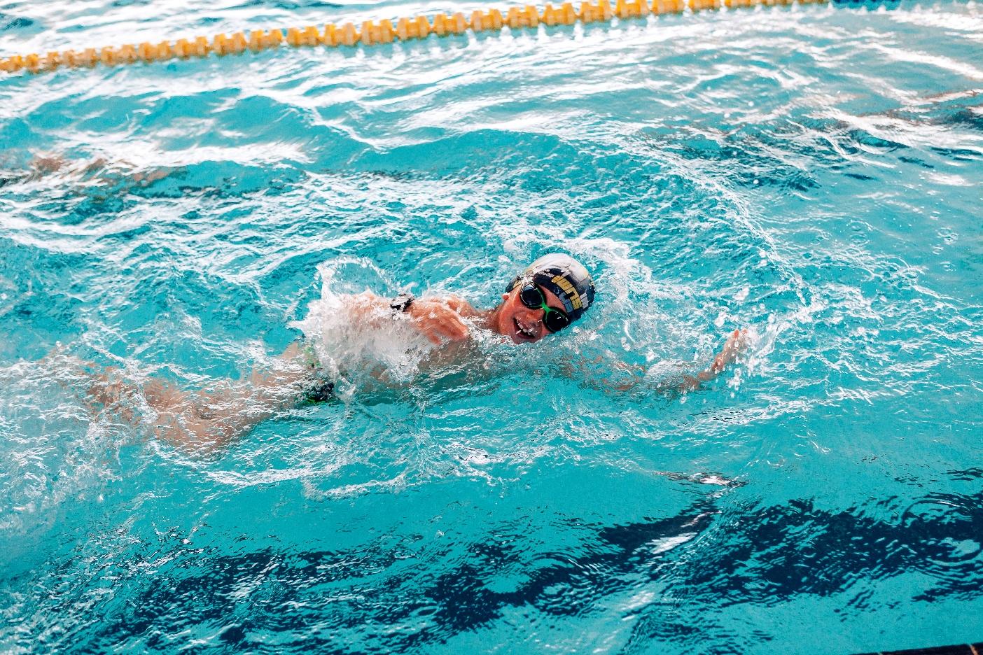Campus d'anglès i natació sincronitzada i cursos de natació, propostes de la Piscina de Roses per a l'estiu