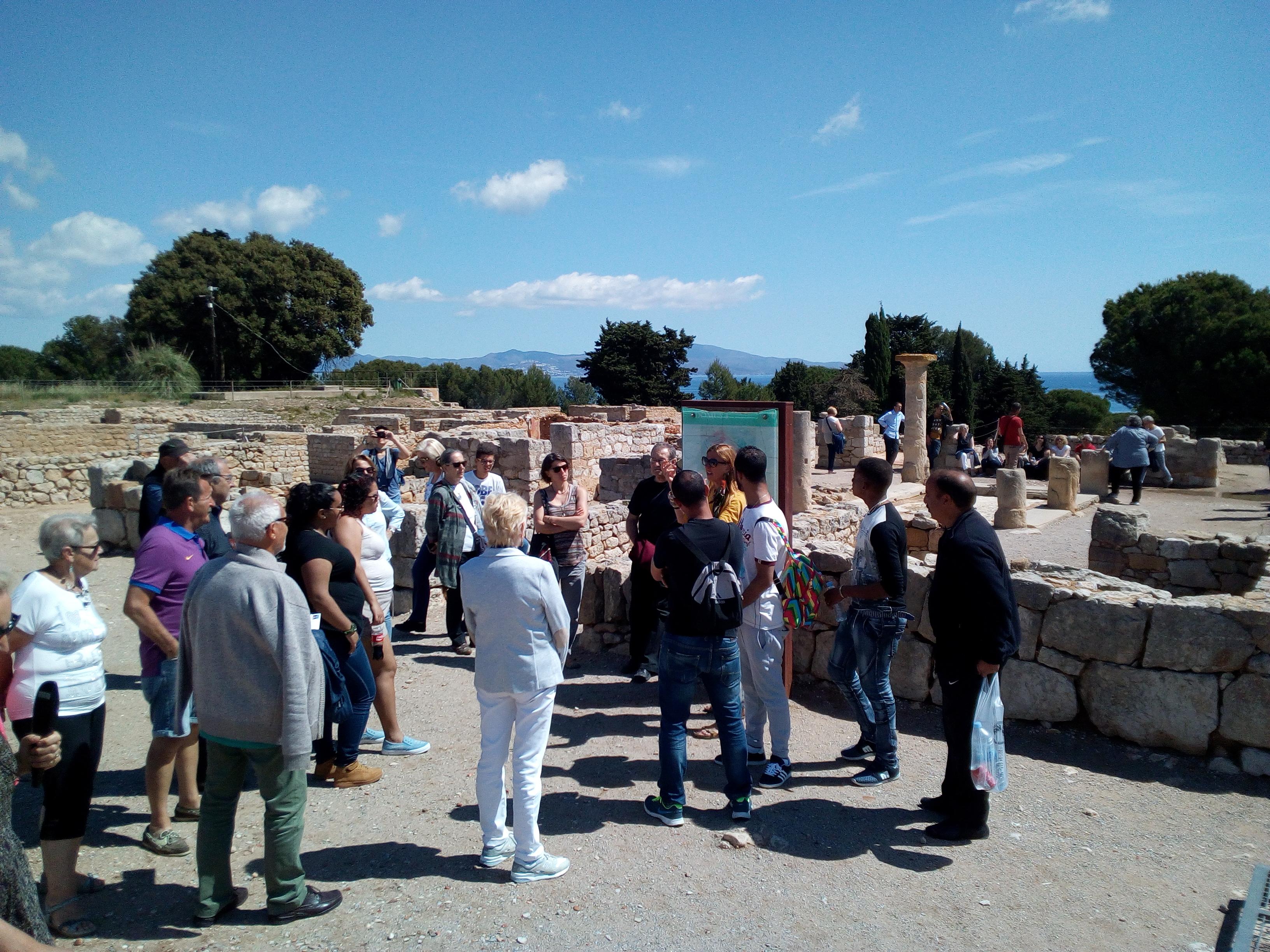 Alumnes de català i parelles lingüístiques de l'Alt Empordà, la Garrotxa i el Ripollès visiten el MAC Empúries i el MASLE de l'Escala