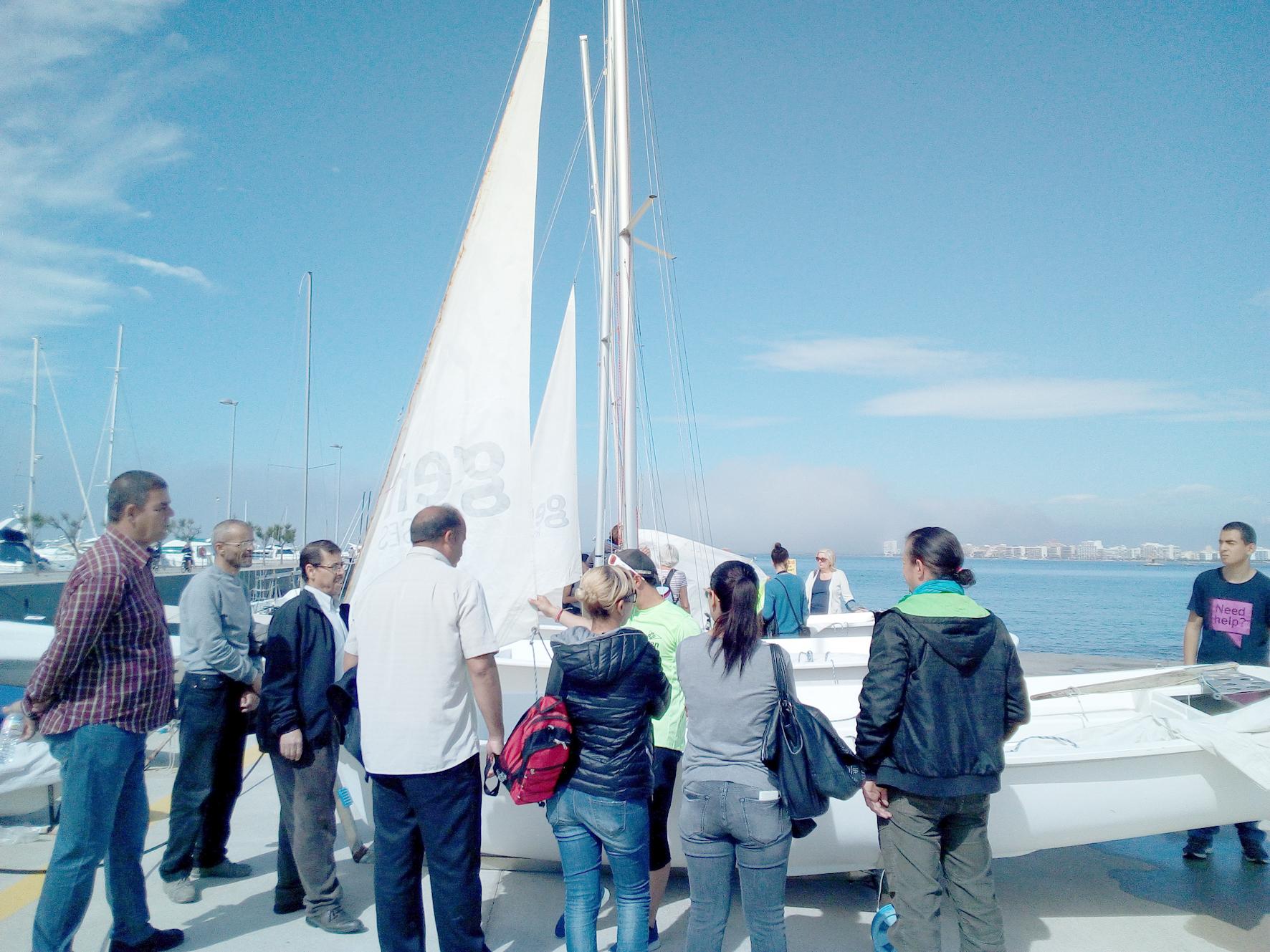 Alumnes de l'Oficina de Català i parelles lingüístiques participen en un taller nàutic al GEN Roses