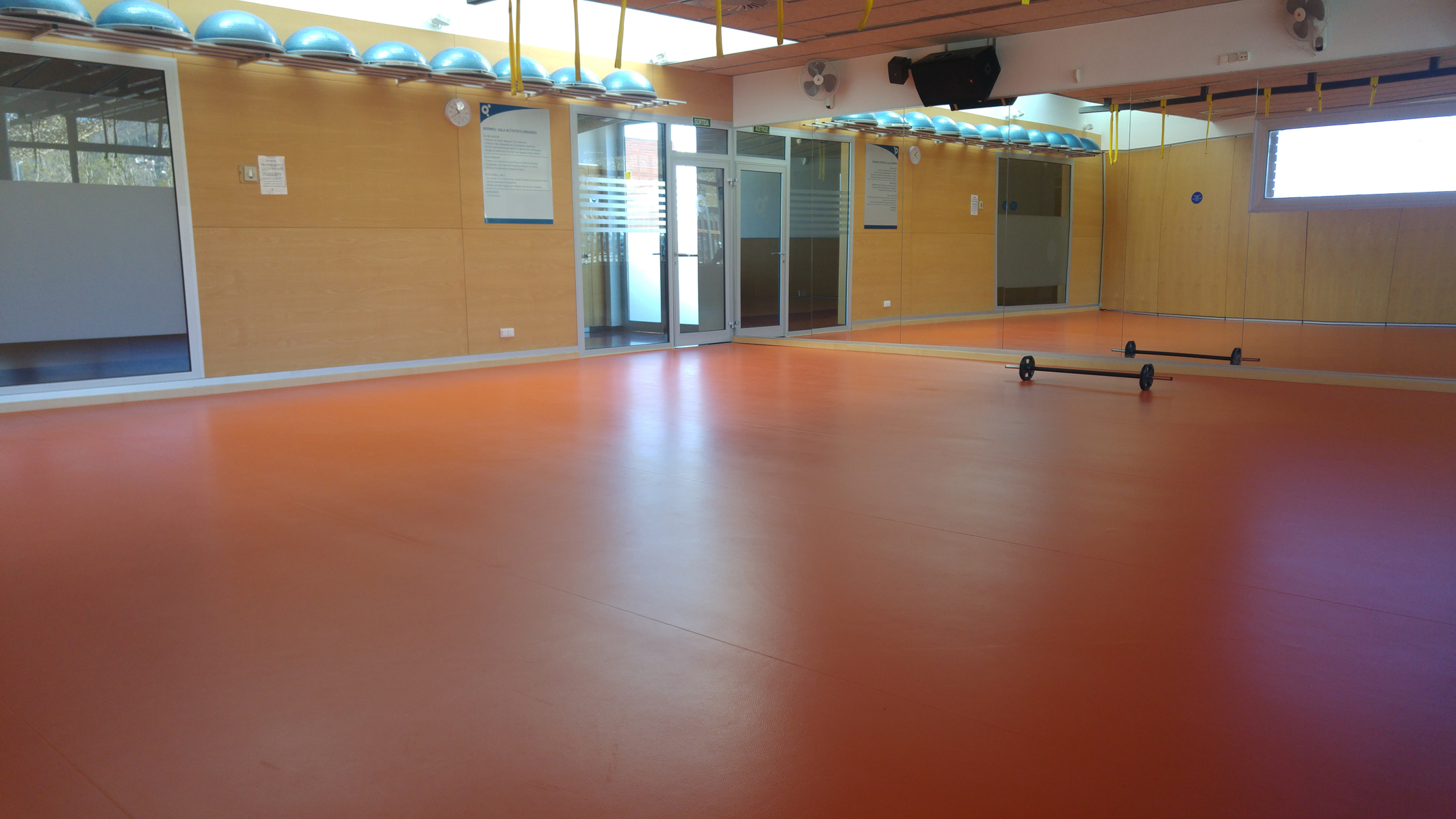 La sala d'activitats de la Piscina Municipal de Roses renova la pavimentació