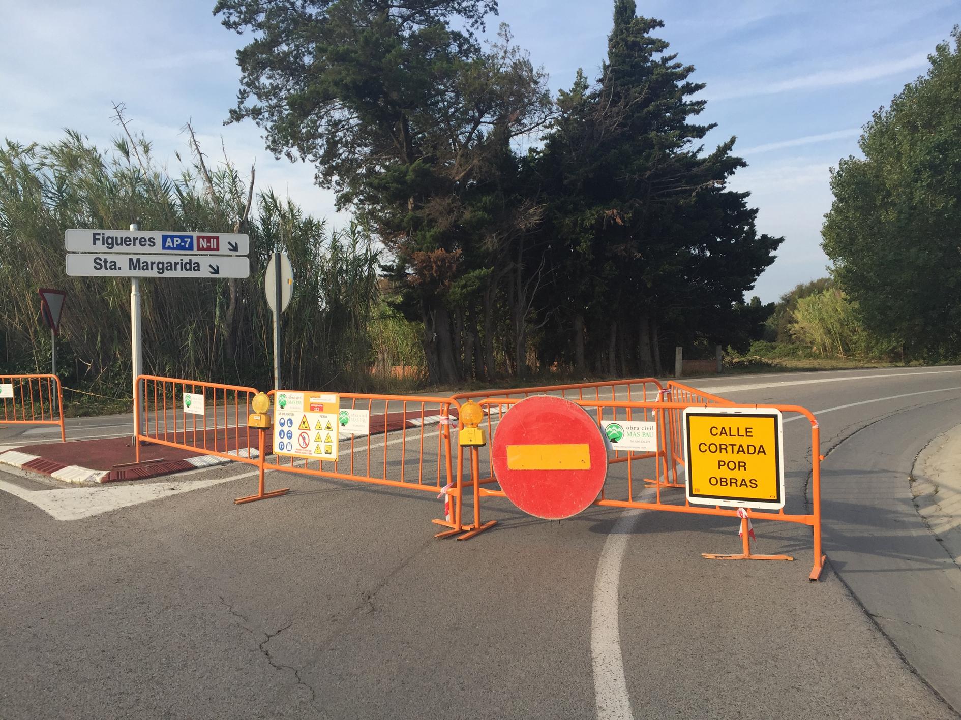 Asfaltatge a la Ronda de Circumval·lació de Roses per millorar el paviment i la seguretat del vial