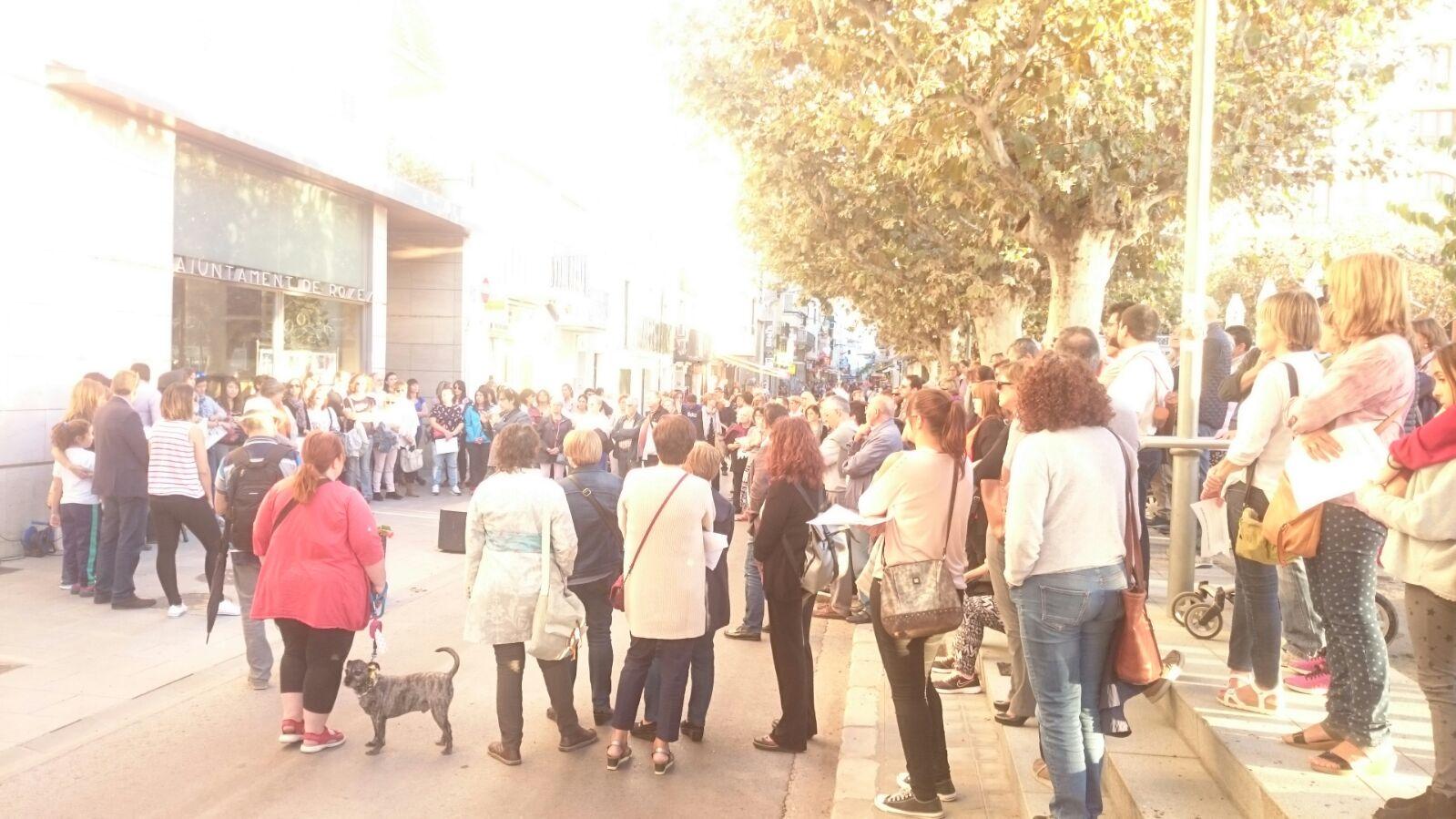 Roses es concentra en defensa de l'escola catalana