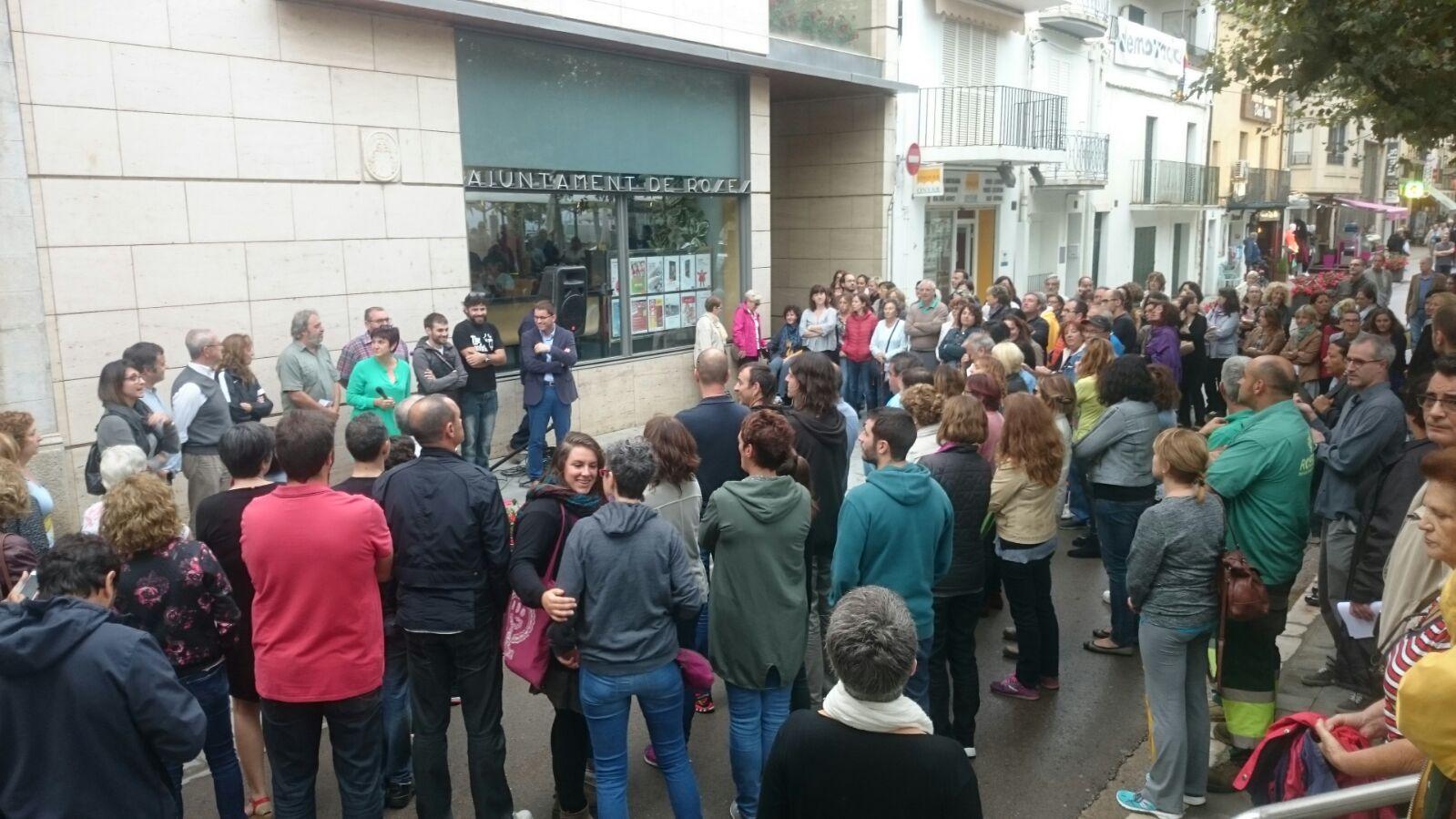 Concentració a Roses en repulsa de les greus actuacions policials d'ahir a Catalunya