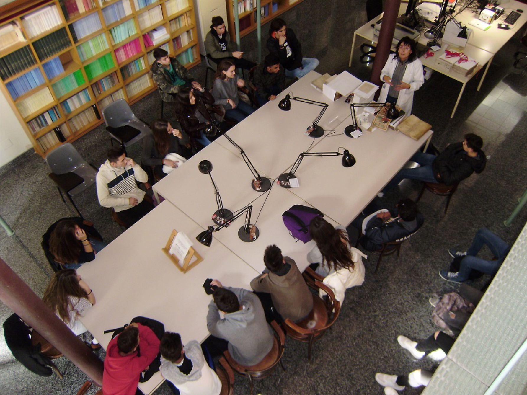 Els alumnes dels instituts figuerencs visiten l'Arxiu Comarcal per conèixer de prop aquest equipament cultural