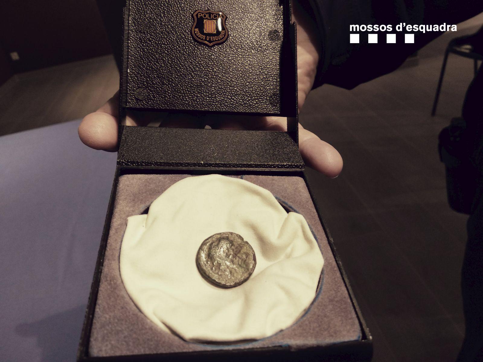 Els Mossos recuperen una moneda espoliada del jaciment grecoromà d'Empúries que es venia per 75 euros per Internet
