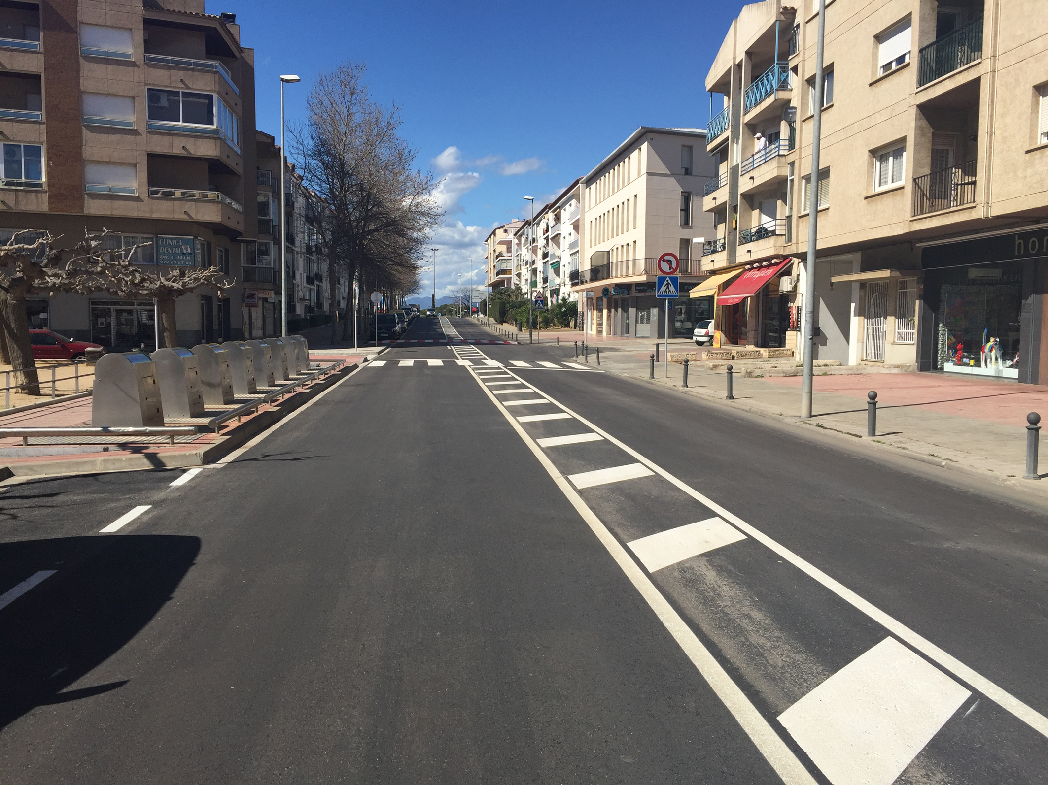 Les feines d'asfaltatge a Roses ja han renovat 14 carrers dels 35 previstos
