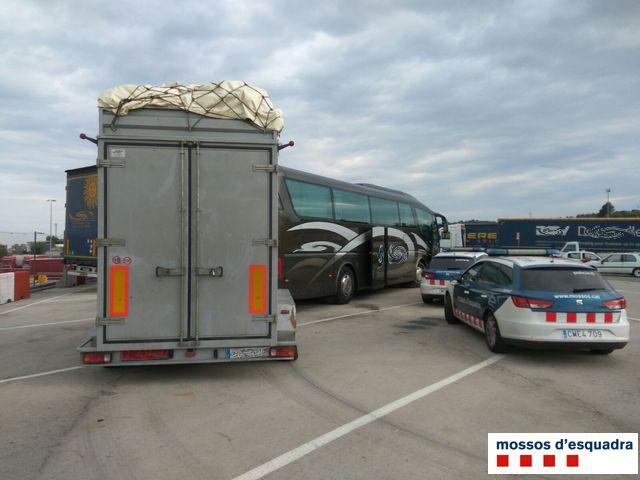 Els Mossos d'Esquadra denuncien a la Jonquera el conductor d'un autocar per set infraccions greus de trànsit