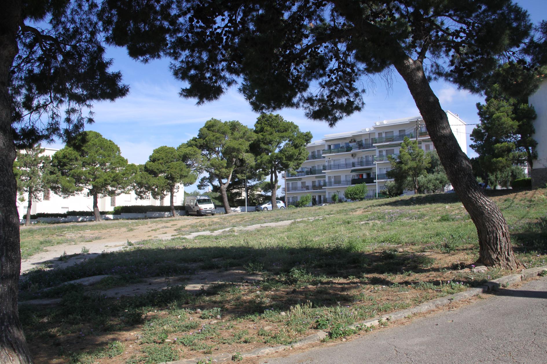 Nou espai públic al Mas Oliva amb zona verda, jocs i àrea d'aparcament