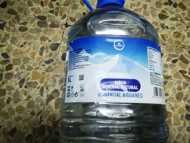 Retirada d'envasos de 5 litres d'aigua mineral natural de la marca Condis