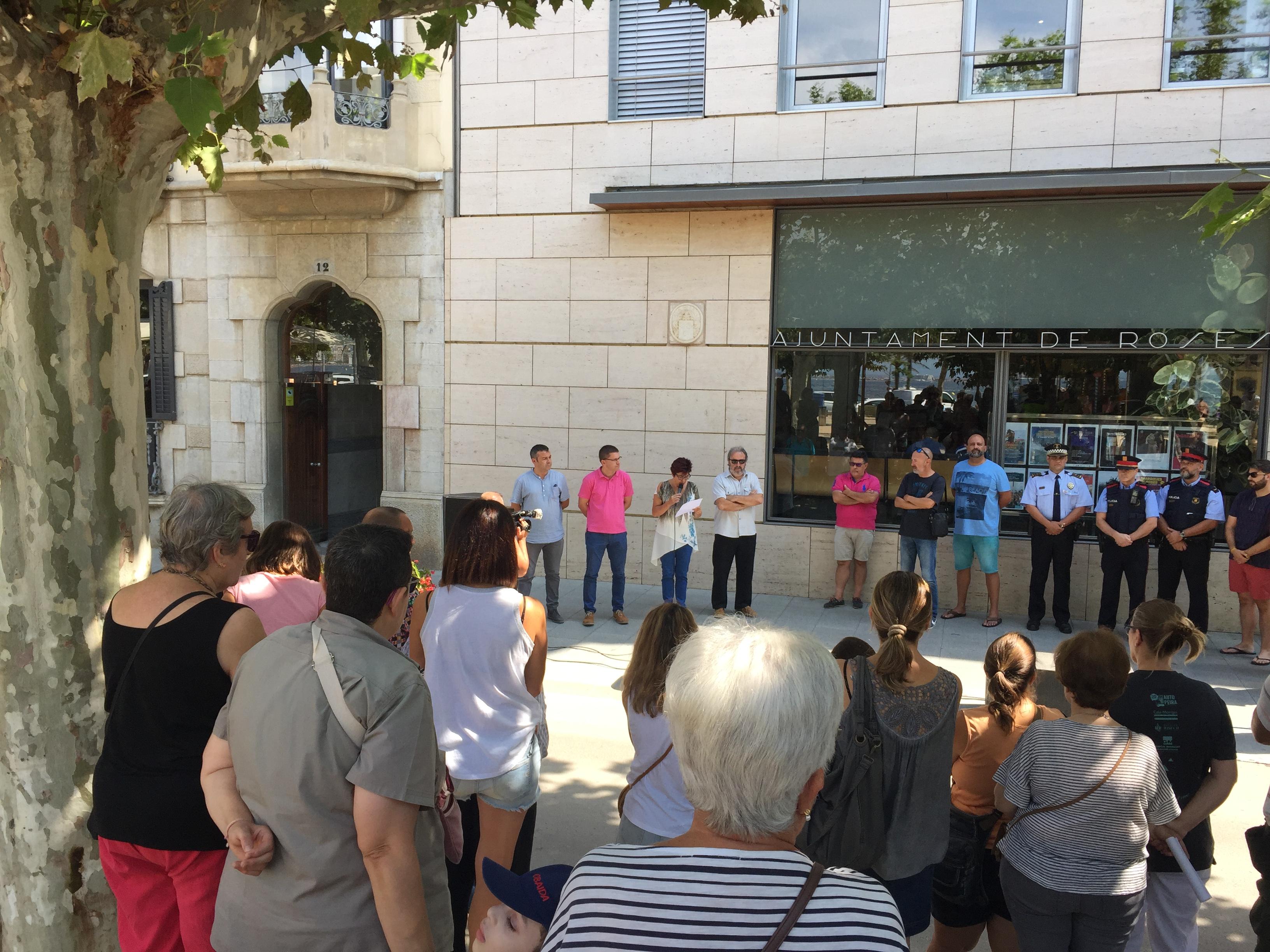 Roses ret homenatge a les víctimes dels atemptats de Barcelona i Cambrils