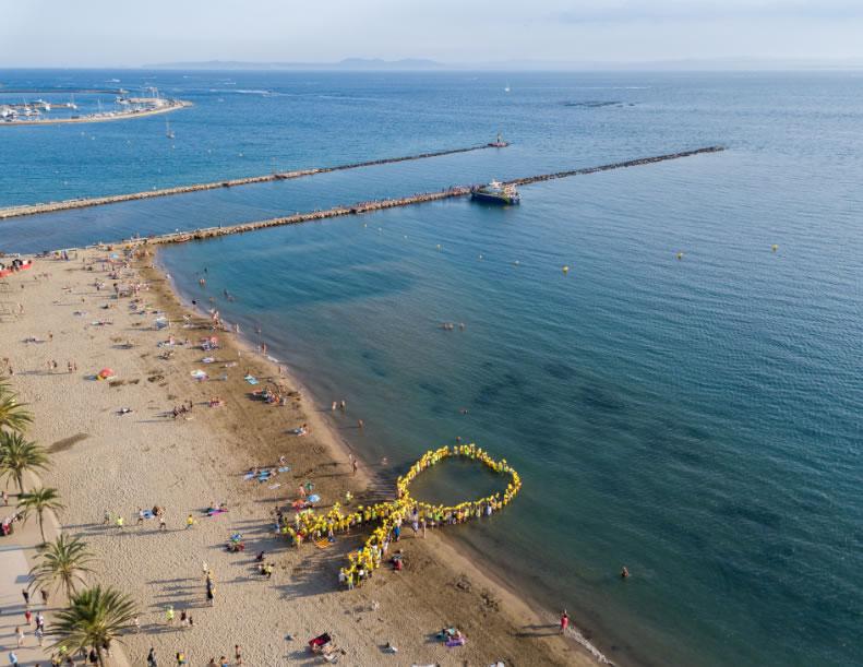 Roses elabora un gran llaç groc humà a la platja per demanar la Llibertat dels Presos Polítics i el retorn dels Exiliats