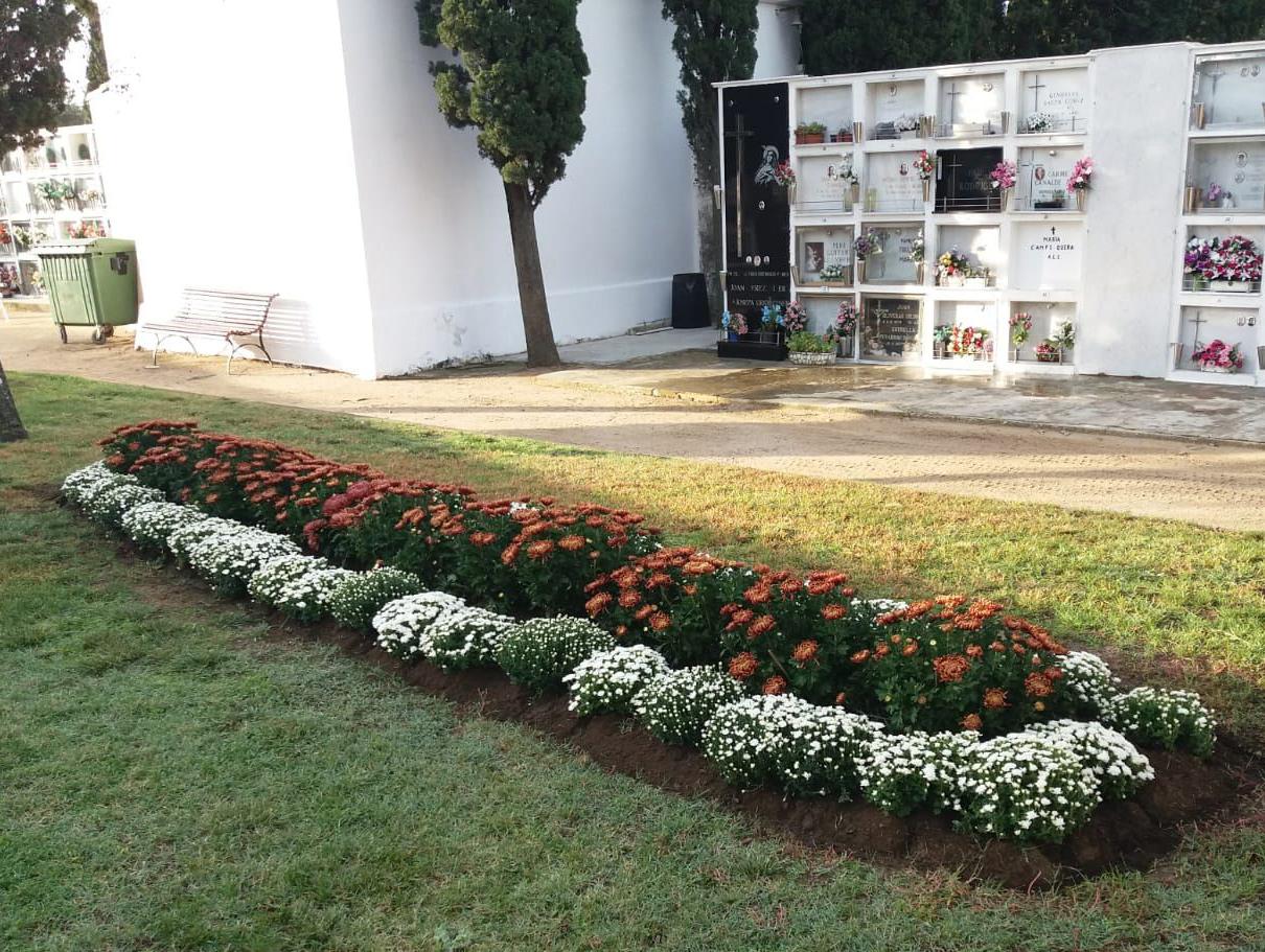 El cementiri es posa a punt per celebrar Tots Sants i el Dia dels Difunts