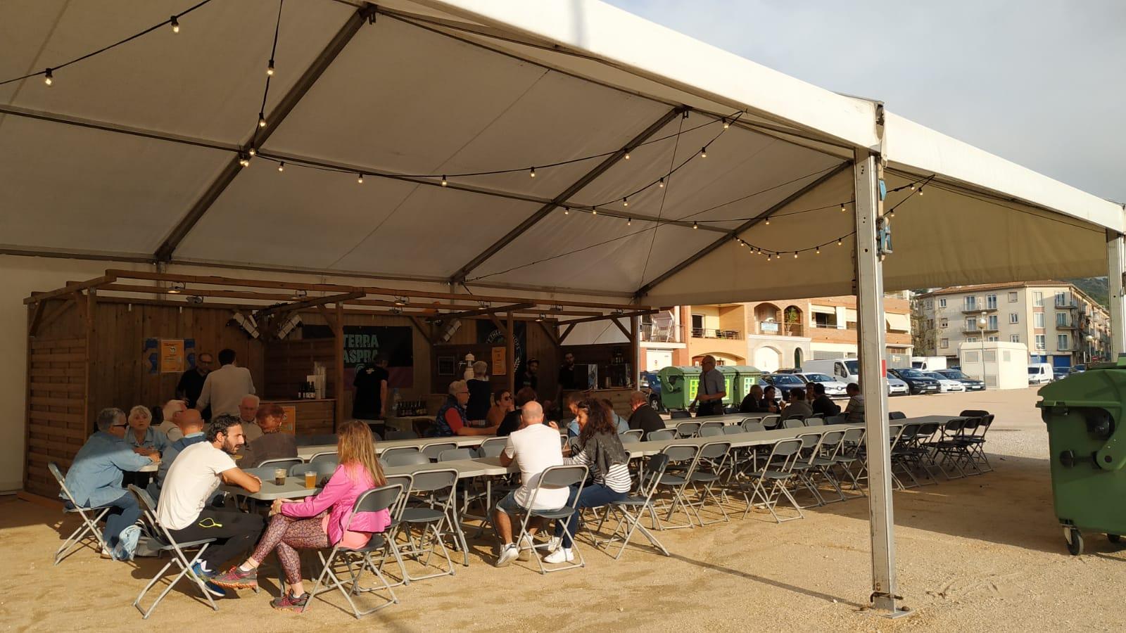 Cervesa artesana i música en viu a l'Illa d'Ítaca de Roses aquest cap de setmana