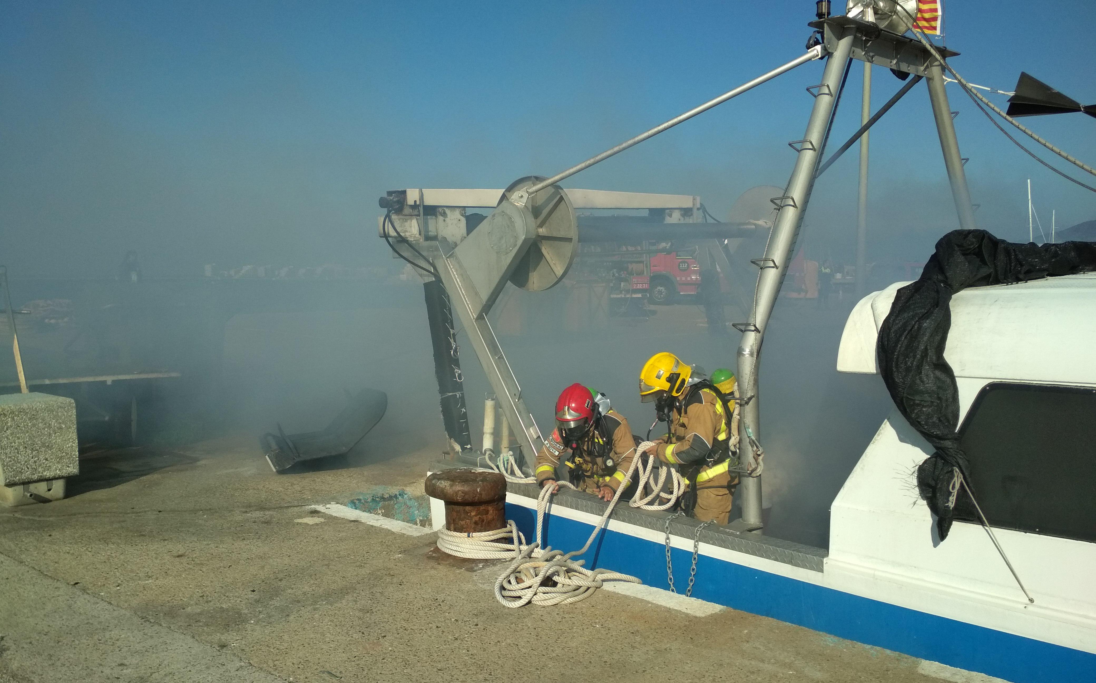 Simulacre d'incendi en una embarcació al port pesquer