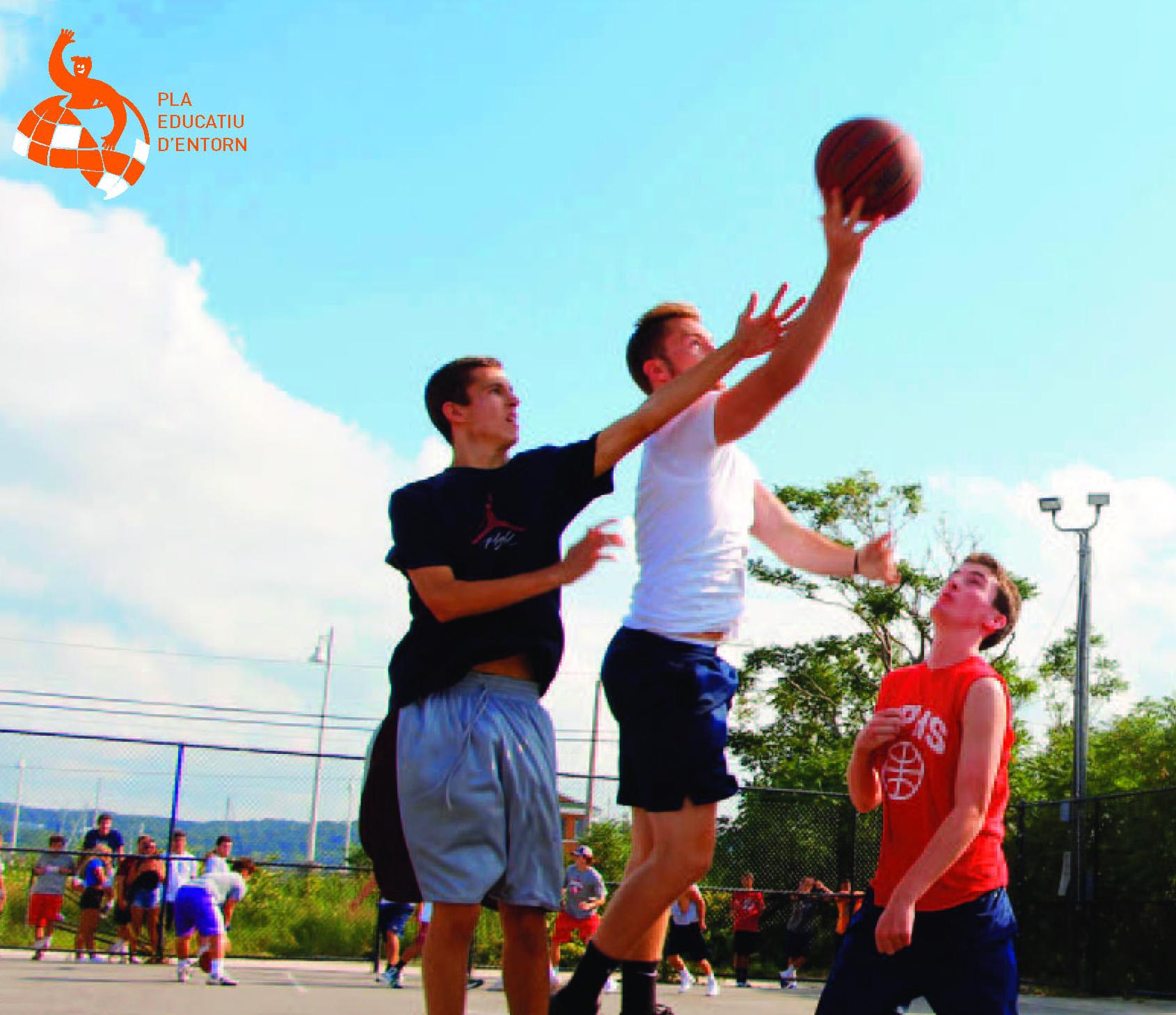 Els patis escolars d'Els Grecs i Narcís Monturiol s'obren com espais esportius i de relació a joves de 12 a 18 anys