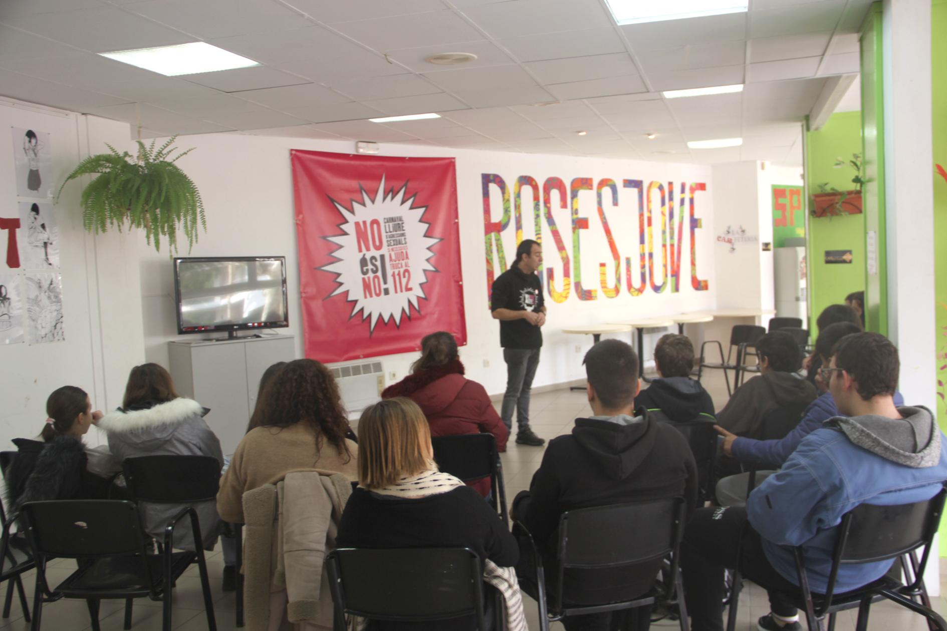 """Primeres sessions de la campanya """"No tot s'hi val"""" amb joves dels instituts de Roses"""