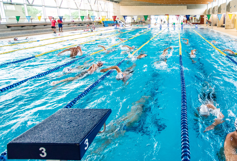 Més de 300 nedadors de clubs europeus fan estades a Roses per entrenar a la Piscina Municipal