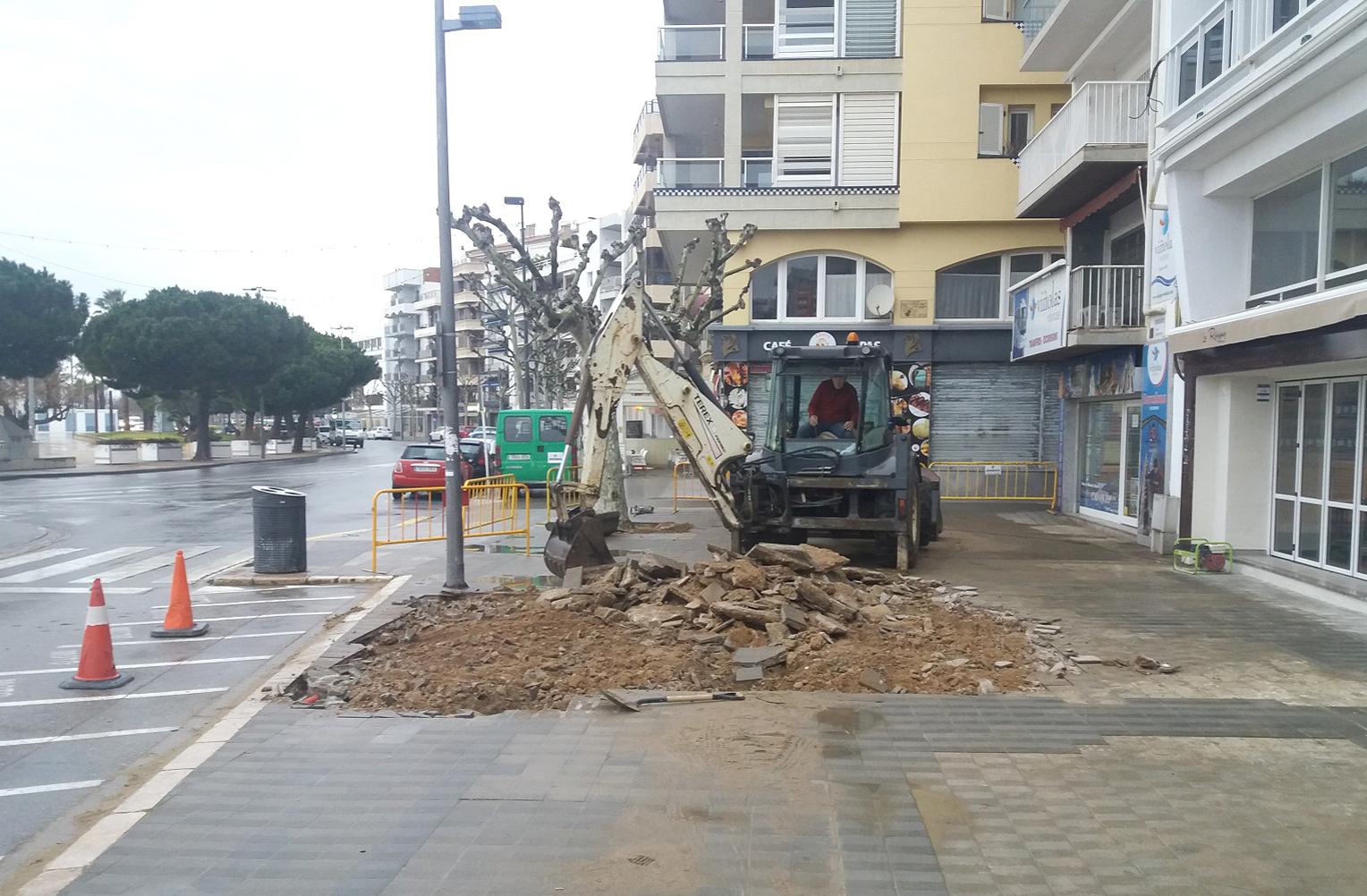 Remodelació d'un tram de vorera de la plaça Catalunya de Roses
