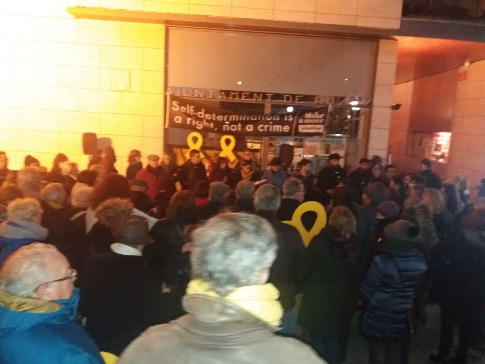 Desenes de persones es concentren a Roses en protesta pel trasllat dels presos polítics