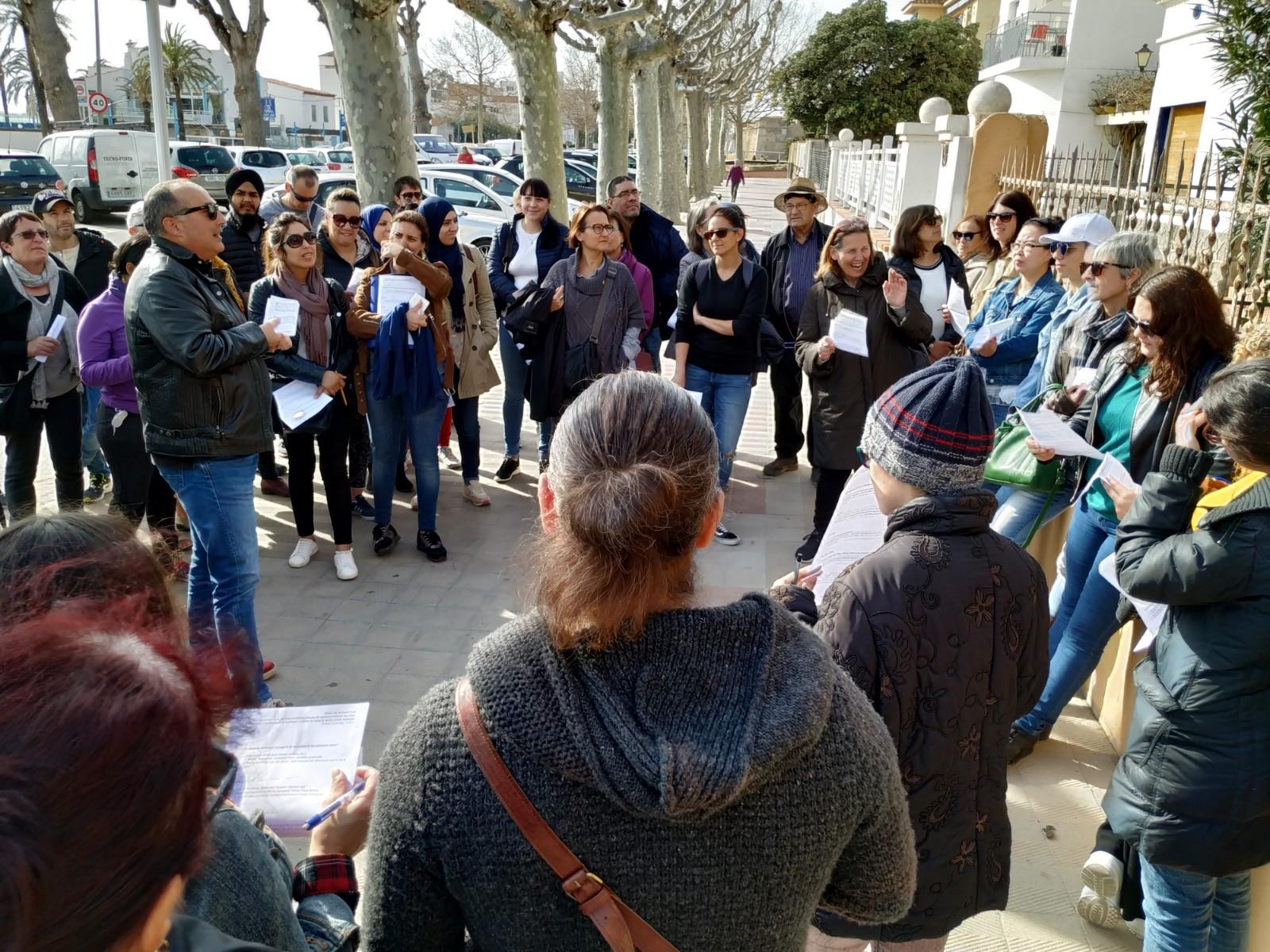 Els alumnes de català de Roses visiten els edificis patrimonials de la població