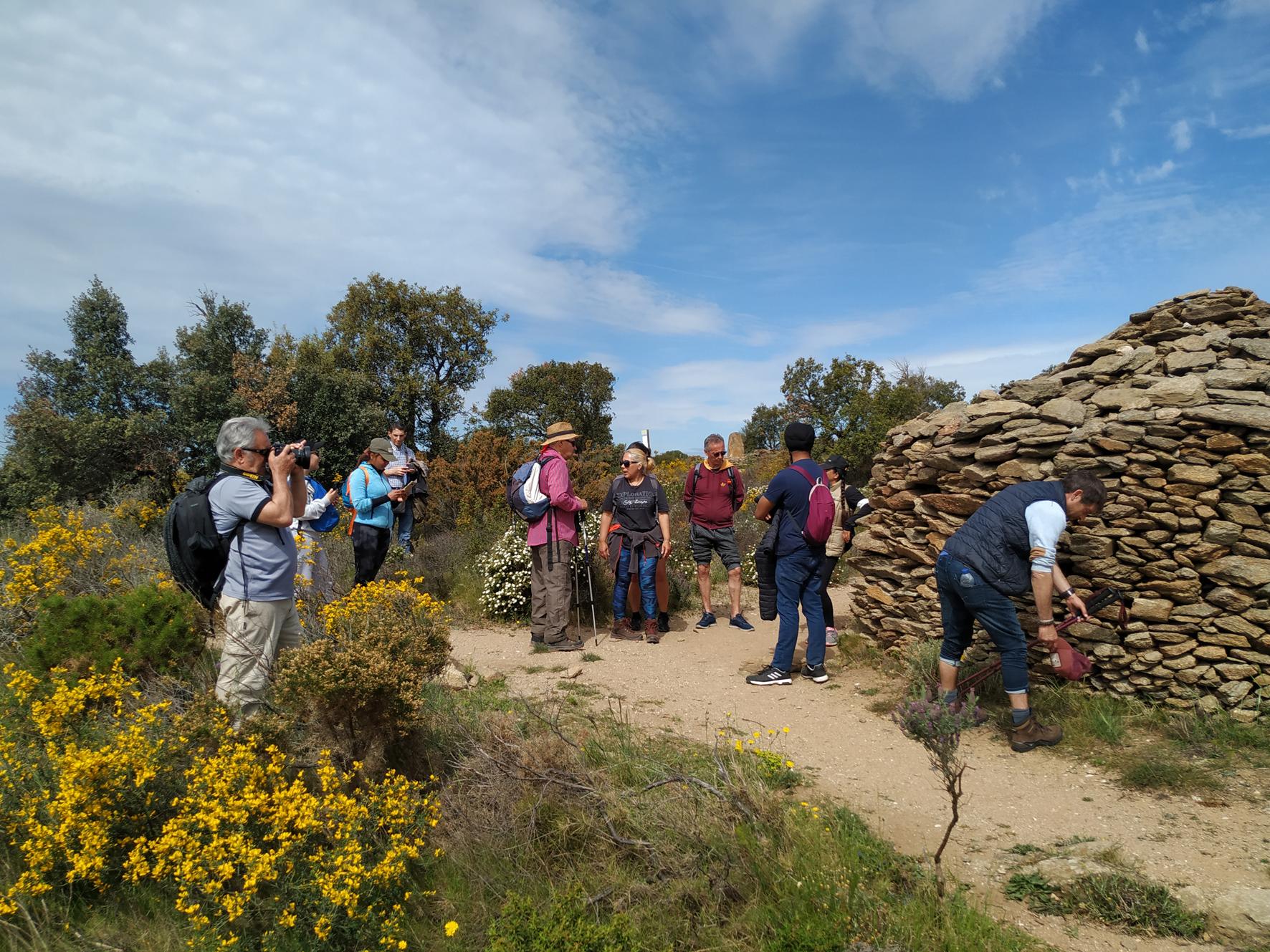 Els alumnes de català de Roses fan una excursió megalítica pels dòlmens i menhirs