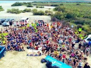 Tres-cents joves netegen la platja de Can Comes