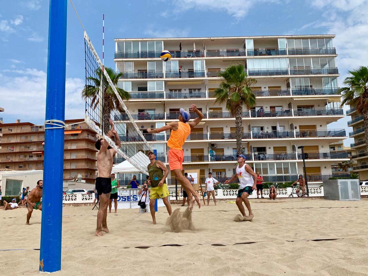 """Els equips """"Monterrey"""" i """"Tard i Malament"""", guanyadors del primer torneig del 28è Campionat Volèi Platja Vila de Roses"""