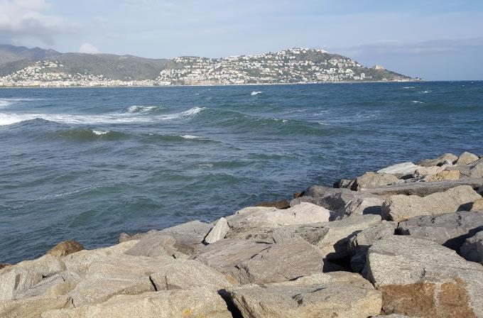 Noia cau i queda encastada a les roques de la bocana de Santa Margarida