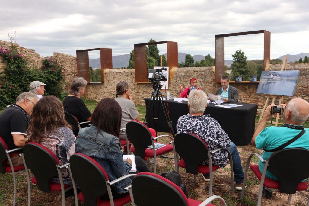 Prop de 100 artistes converteixen, un any més, el Centre Històric de Castelló d'Empúries en una exposició col·lectiva de grans dimensions