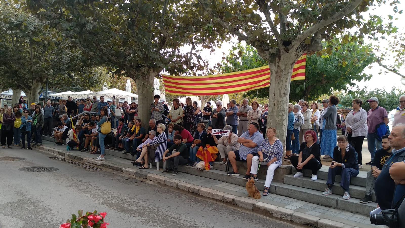Desenes de persones es concentren davant de l'Ajuntament en repulsa a la sentència dels líders Catalans