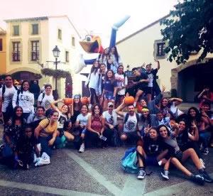 Més d'un centenar de joves participen en el viatge a Port Aventura