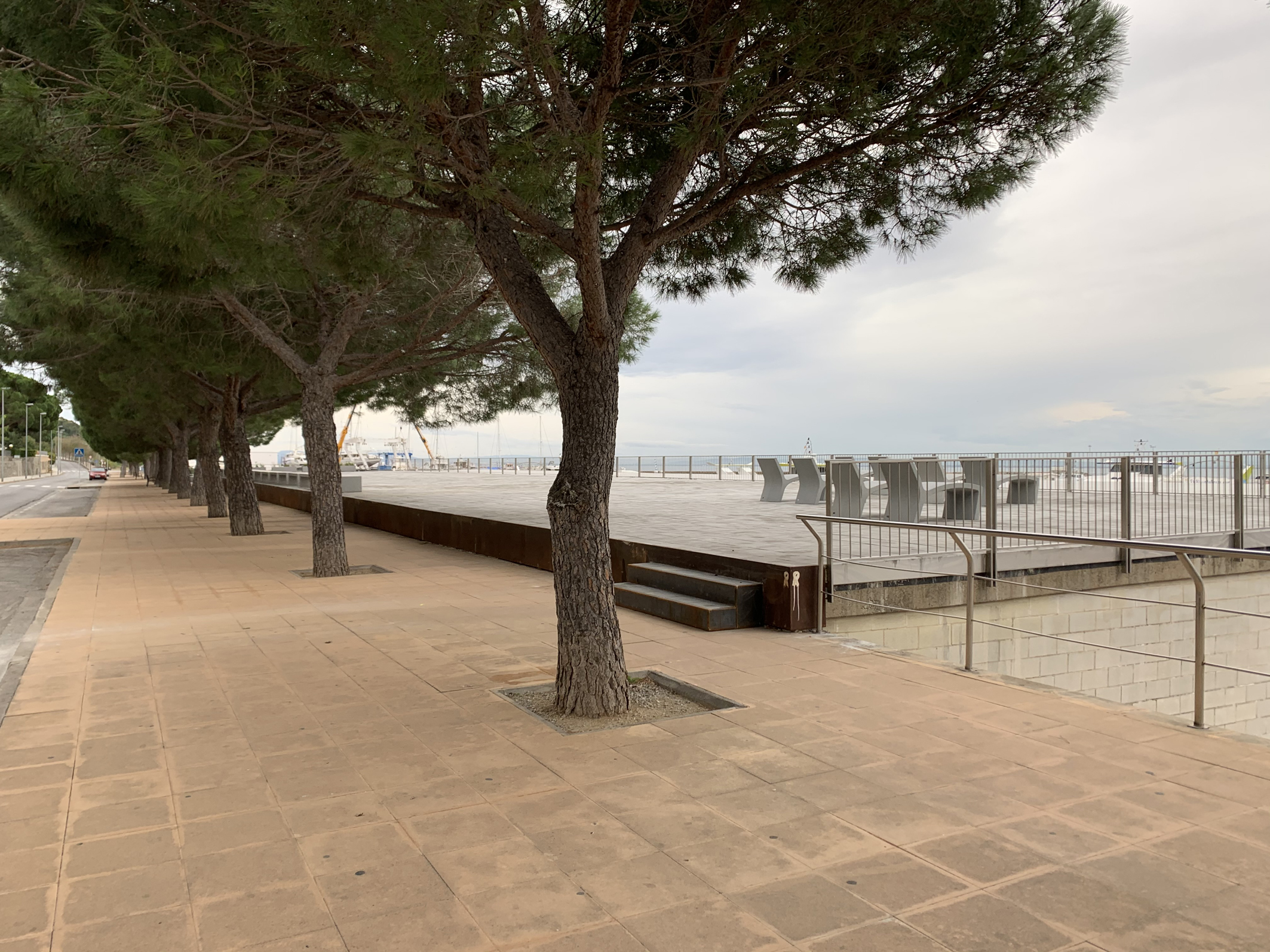 Finalitzen les obres d'urbanització del nou passeig i mirador sobre el port pesquer de Roses