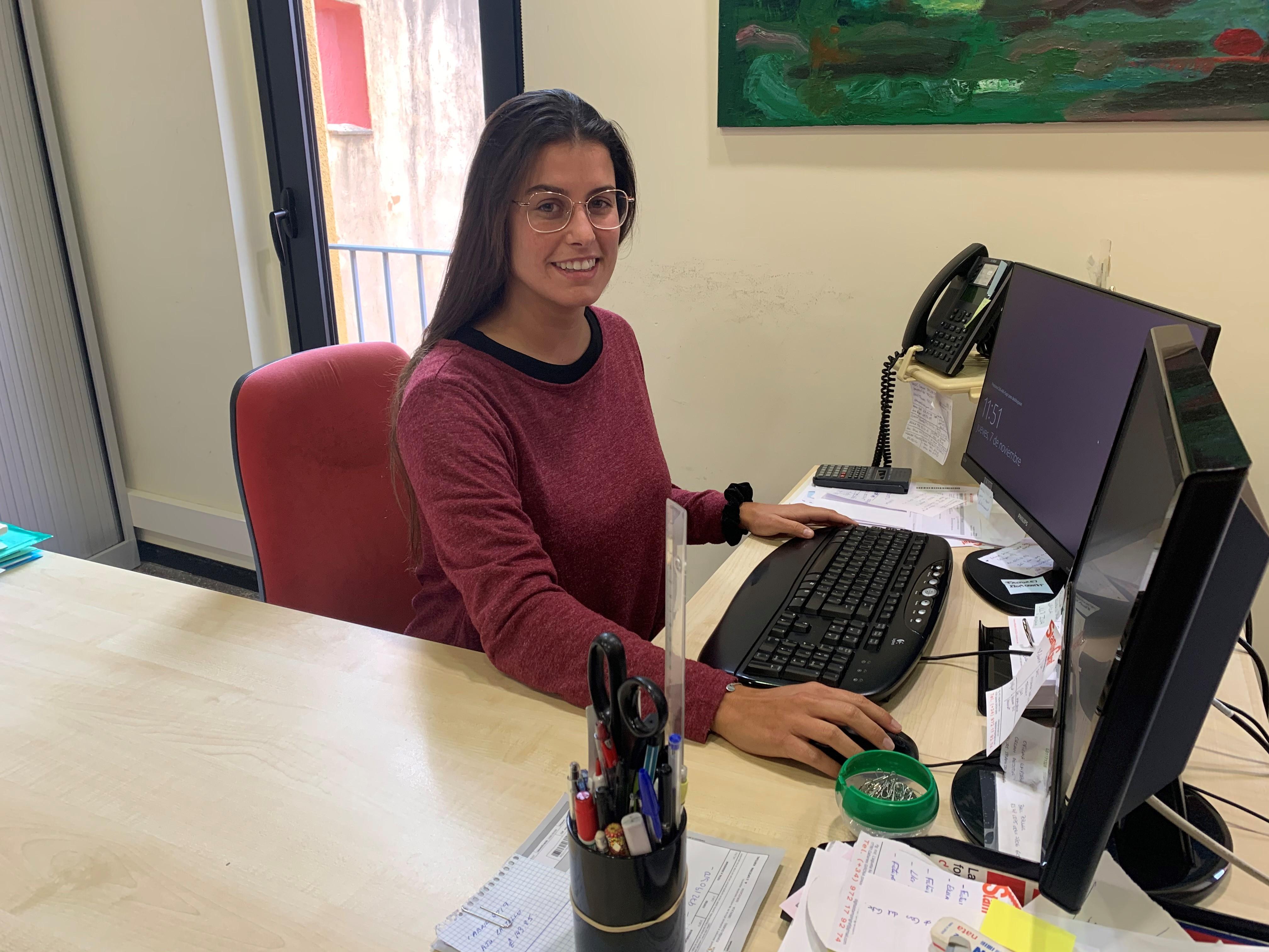 Una jove comença a treballar a l'Ajuntament de Peralada en el marc del Programa de Garantia Juvenil de Catalunya