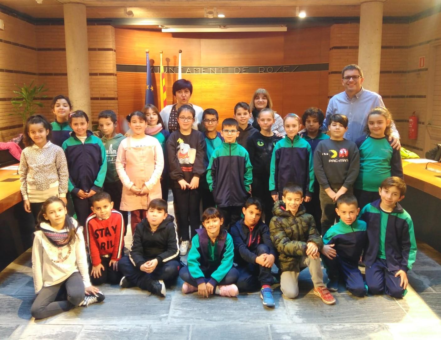 Els escolars de 3r de primària de Roses visiten l'Ajuntament