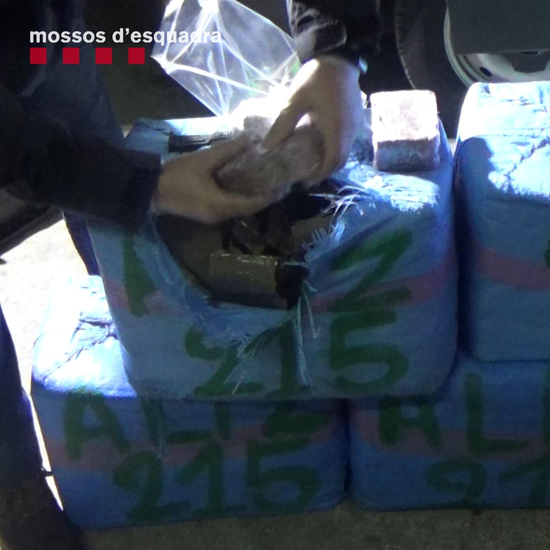 Detinguts a Roses tres homes que transportaven una furgoneta plena d'haixix oculta en un camió