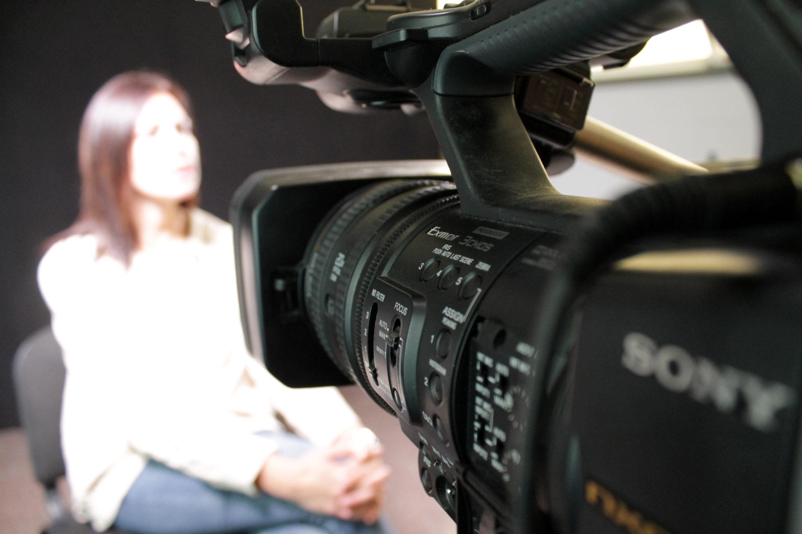"""15 dones de Roses protagonitzen l'audiovisual """"La nostra veu. Experiències compartides"""" sobre igualtat de gènere"""